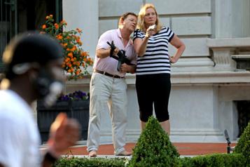 St. Louis Un couple qui avait brandi des armes devant des manifestants plaide coupable)