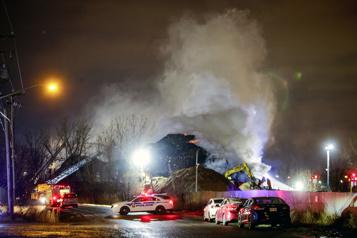 Laval Urgence-Environnement sur les lieux d'un incendie dans un centre de tri)