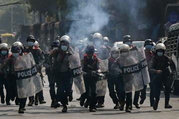 Birmanie La police disperse les manifestants avec des balles en caoutchouc)
