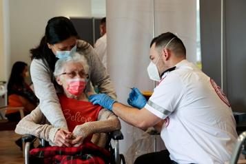 Vaccination anti-COVID-19 Israël appelle les plus de 60ans à recevoir leur troisième dose)