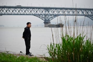 En Chine, un «ange» veille sur le «pont des suicidés»)
