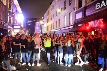 Angleterre: nuit festive et débordements après la réouverture des pubs)
