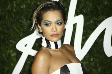 Rita Ora s'excuse d'avoir contrevenu au confinement)