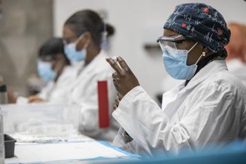 Les travailleurs du réseau de la santé moins réticents face au vaccin)