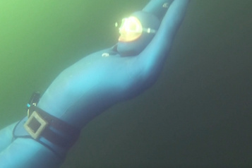 Il nage 180mètres sous une couche de glace en apnée pour le record