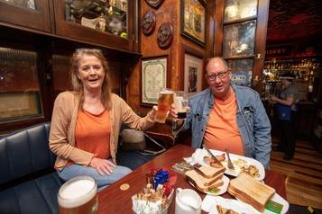 Les pubs irlandais rouvrent leurs portes)