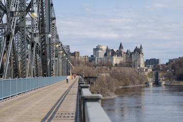 Le Québec ferme sa frontière avec l'Ontario)