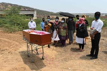 COVID-19 en Inde Le variant indien semble résistant aux vaccins, ce qui contribue à la flambée)