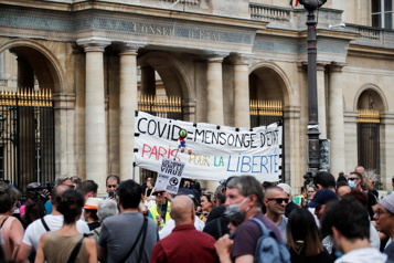 France Des centaines de manifestants contestent l'extension du passeport sanitaire)
