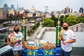 Concours d'ingestion de hot-dogs: Joey Chestnut et Miki Sudo champions)
