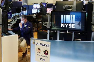 Wall Street, focalisée sur le redémarrage de l'économie, termine en hausse)