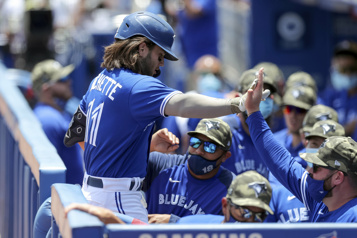 Les Blue Jays tiennent bon et battent les Phillies 10-8)