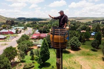 Un Sud-Africain en quête de record dans un tonneau perché