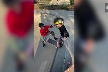 Californie Un bambin de 3ans impressionne avec ses talents en skateboard )