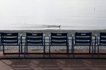 Controverse à Nice Les chaises bleues retirées de la Promenade des Anglais)