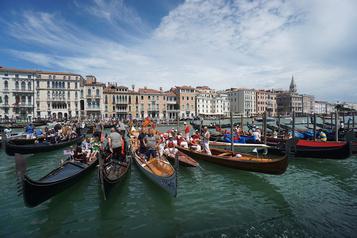 Les gondoles de Venise moins remplies en raison des touristes plus lourds)