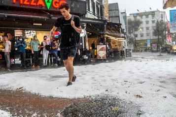 Istanbul paralysée par une tempête de grêle )
