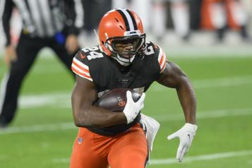 Browns de Cleveland Nick Chubb obtient une prolongation de contrat de trois ans)