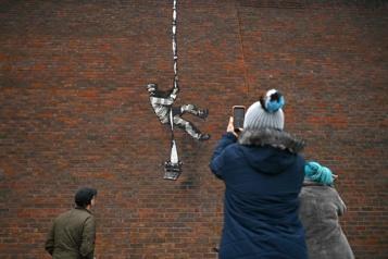 Angleterre Banksy revendique un graffiti sur les murs de la prison d'Oscar Wilde)