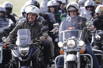 En pleine pandémie Jair Bolsonaro à la tête d'un rassemblement de motards)