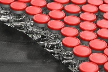 COVID-19 Regeneron suspend ses essais cliniques aux États-Unis)