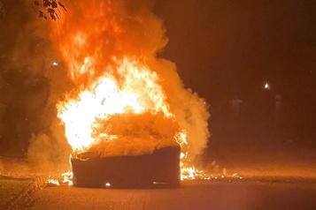 Une Tesla prend feu avec le conducteur à bord)