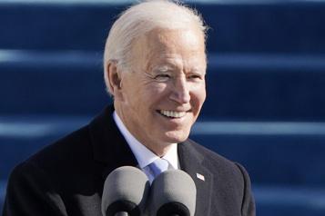 Le président Joe Biden entre à la Maison-Blanche)
