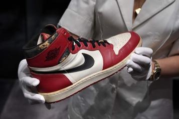 Nouveau record en vue aux enchères pour une paire de baskets de Michael Jordan)