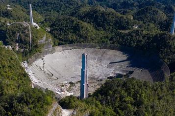 Le téléscope géant d'Arecibo s'est effondré)