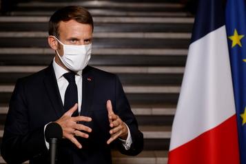 Enseignant décapité en France Macron promet des actes, des messages de l'assaillant au coeur de l'enquête)