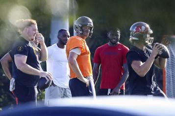 Tom Brady ignore les consignes en s'entraînant avec des coéquipiers)