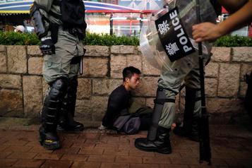 Hong Kong: deux policiers arrêtés après avoir battu un homme à l'hôpital