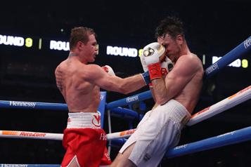 Super-moyens Saul «Canelo» Alvarez s'empare des titres WBA et WBC)