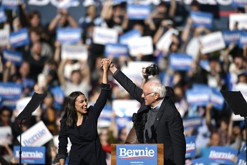 Alexandria Ocasio-Cortez apporte son soutien à Bernie Sanders