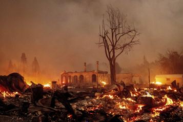 Californie Le gigantesque incendie poursuit sa destruction)