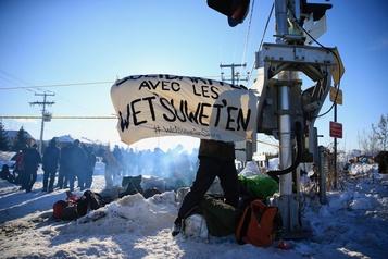 Des manifestants bloquent une voie ferrée à Saint-Lambert