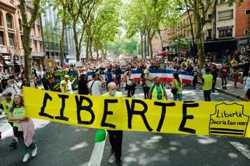 France Des milliers de personnes manifestent contre le passeport sanitaire)