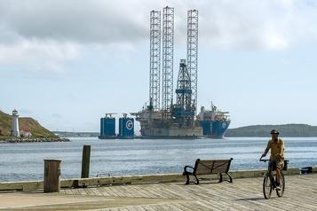 Le pétrole se reprend un peu au lendemain d'une chute sévère)