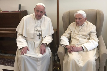 Benoît XVI au Vatican: interrogations sur la présence de deux papes
