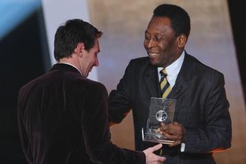 Meilleur buteur sud-américain Pelé félicite Messi pour avoir battu son record)