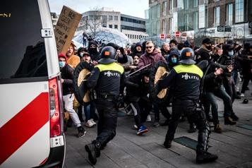 COVID-19 aux Pays-Bas Heurts dans plusieurs villes lors de manifestations contre le couvre-feu )