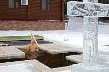 Épiphanie orthodoxe Vladimir Poutine se baigne dans l'eau glacée)