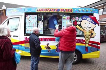 Des denrées de base livrées par un camion de crème glacée à Belfast