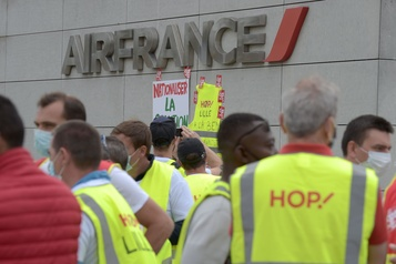 Le groupe Air France va supprimer 7580 postes )