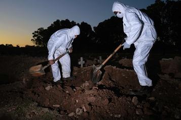 COVID-19: le Brésil devient le 4e pays avec le plus de morts, devant la France)