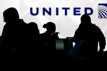Un joueur de la NFL poursuit au civil United Airlines pour agression sexuelle)