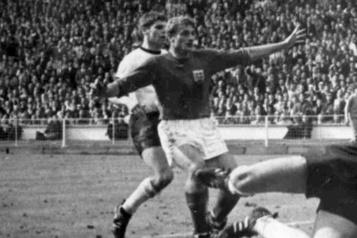 L'ex-attaquant anglais Roger Hunt meurt à l'âge de 83ans)