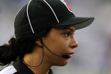 La NFL embauche une première arbitre noire)