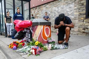 É.-U.: quatre policiers limogés après la mort d'un Noir lors de son arrestation)