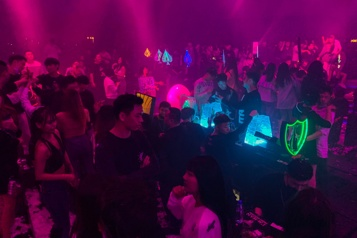 Chine Ambiance post-COVID-19 dans les discothèques de Wuhan)